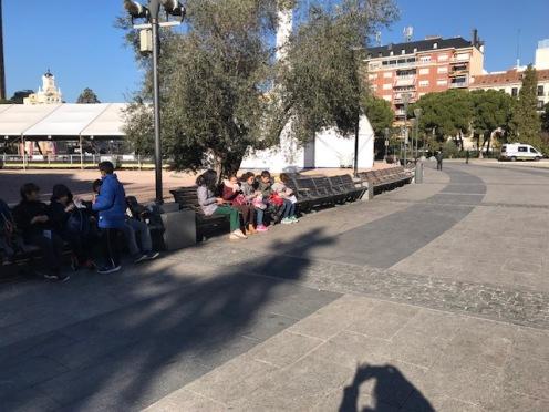 Desayunando en la Plaza de Colón.